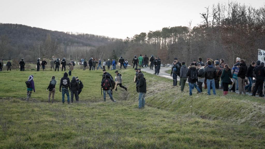 Arrivée du convoi et repositionnement des gendarmes.