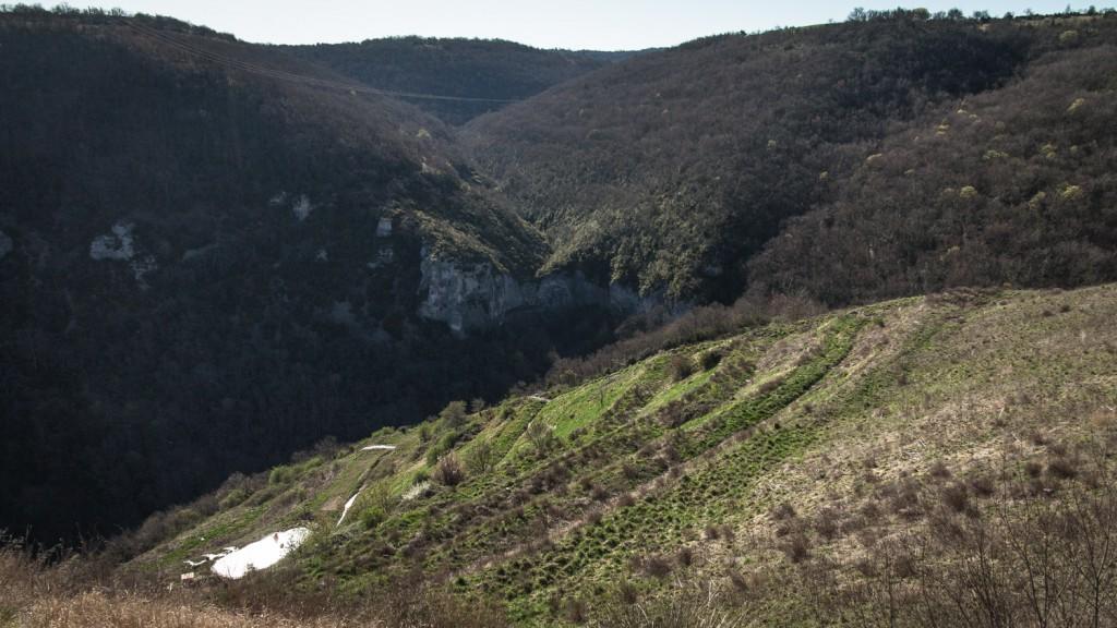 Vue du haut du site. En bas à gauche, le bassin de rétention. Sous nos pieds, une montagne de déchets enfouie.